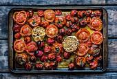 Gebratene Tomaten mit Knoblauch auf dem Backblech