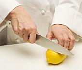 Zitrone anschneiden