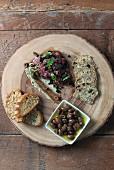Beef Tatar mit Oliven und Brot