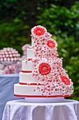 Mehrstöckige sommerliche Hochzeitstorte mit Blumendeko