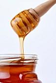 Honig tropft ins Glas