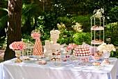 Kuchenbuffet für eine Hochzeit im Garten