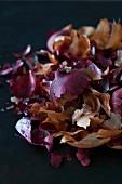 Zwiebelschalen als natürlicher Farbstoff zum Färben von Ostereiern