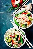 Asianudeln mit Gemüse und Garnelen (China)