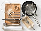 Küchenutensilien zur Zubereitung von Hähnchenrouladen mit Gemüse und Reis