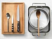 Verschiedene Küchenutensilien: Reine, Topf, Löffel, Messer