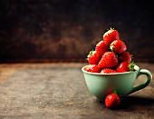 Frische Erdbeeren in grüner Porzellantasse
