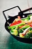 Gemüse mit Garnelen im Wok