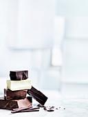 Aufeinandergestapelte Schokoladenstücke