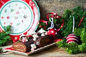 Schokoladenrolle mit Baiserplätzchen zu Weihnachten
