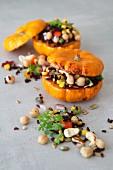Vegetarisch gefüllte gebratene Minikürbisse