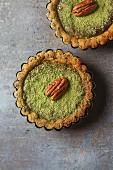 Vegetarische Grüne-Tee-Pie mit Nüssen und Minze