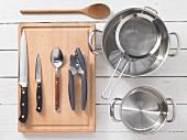 Küchengeräte zur Zubereitung von Pasta mit Tomatensauce und Räuchertofu