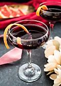 Lambrusco-Cocktail mit Orangenschale