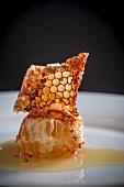 Honigwabe auf weißem Teller