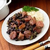 Feijoada mit schwarzen Bohnen, Chorizo, Rindfleisch und Räucherspeck (Brasilien)