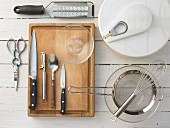 Verschiedene Küchenutensilien für die Zubereitung von Salaten