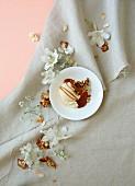 Vanilleeis mit Karamellsauce und Honigmandeln