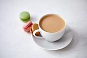 Tee mit Milch und Macarons