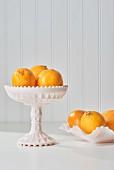 Meyer Zitronen in weissen Schalen