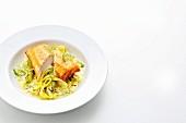 Frühlingsrolle vom Skrei auf Fenchelgemüse mit Safran-Curry-Schaum