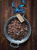 Müsli mit Schokolade, Kakaonibs, Haferflocken, kaltgepresstem Kokosöl und Gewürzen zum Verschenken