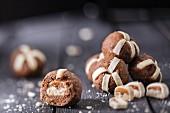 Gebäckkugeln mit Marzipan und Schoko-Karamell-Riegeln