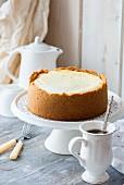 Vanille-Käsekuchen auf Kuchenständer