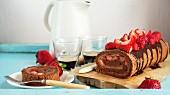 Erdbeer-Schokoladen-Roulade und Kaffee