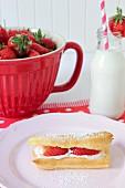 Eclair mit Erdbeeren und Sahne