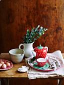 Frühstücksgedeck mit Tee, Würfelzucker und Eiern