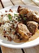 Afro-karibisches Hähnchencurry mit Reis und Augenbohnen