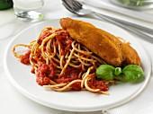Gedünstete Hühnerbrust auf Vollkornspaghetti mit Tomatensauce