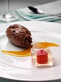 Schokoladenmousse und Sektgeleewürfel mit Himbeere