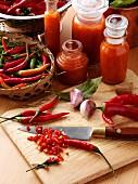 Chilisauce selbermachen: Zutaten kleinschneiden