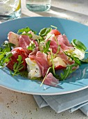 Sommersalat mit Pfirsich, Schinken, Mozzarella und Rucola