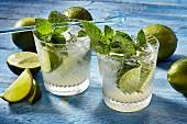 Zwei Gläser Mojito (kalorienarm) mit Limetten und Minze