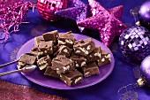 Famous Fudge: Fudge mit Nüssen und Marshmallows zu Weihnachten