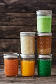 Verschiedene Suppen in Schraubgläsern