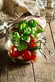 Tomaten, Mozzarella und Basilikum im Glas