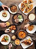 Verschiedene Take-Away-Gerichte (Pizza, Curry, Pekingente, Hähnchen)