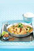 Huhn in Rot-Curry mit Röstzwiebeln und Koriander