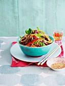 Knuspriges Rindfleisch mit Gemüse und Sesam aus dem Wok