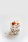 Honig-Mandel-Müsli mit Himbeeren im Glas