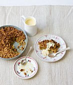 Müsli-Crumble mit Vanillesauce