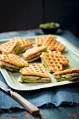 Herzförmige Waffel-Sandwiches