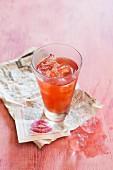 Campari im Glas mit Eiswürfeln