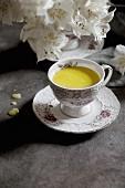 Goldene Milch (Milchgetränk mit Kurkuma) in nostalgischer Tasse