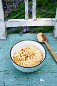 Hummus mit Mais, Kichererbsen, Olivenöl und Paprikapulver