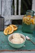 Selbstgemachtes Orangen-Vanille-Eis im Schälchen